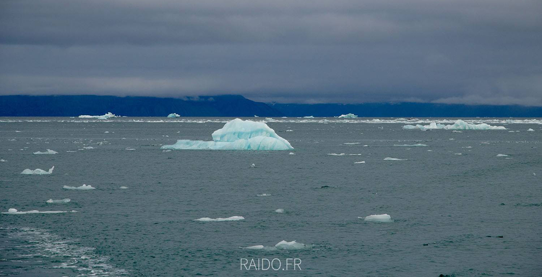 Icebergs et brash à Svalbard