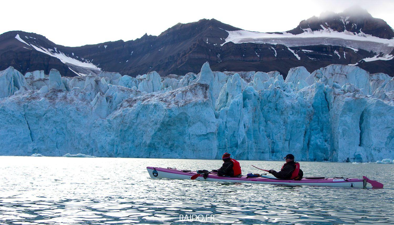 Kayak au pied du glacier de Svéa, Svalbard