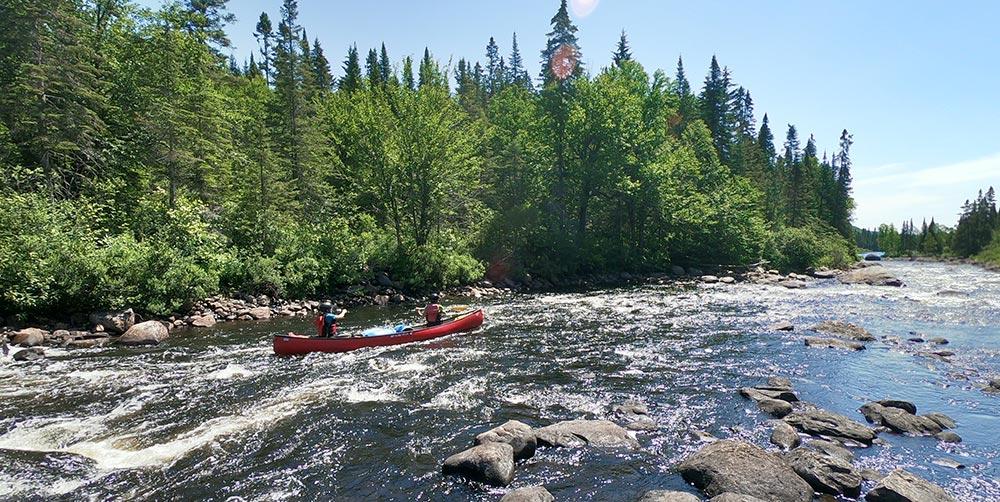 Yann et Marina en canoë sur la rivière Batiscan au Canada