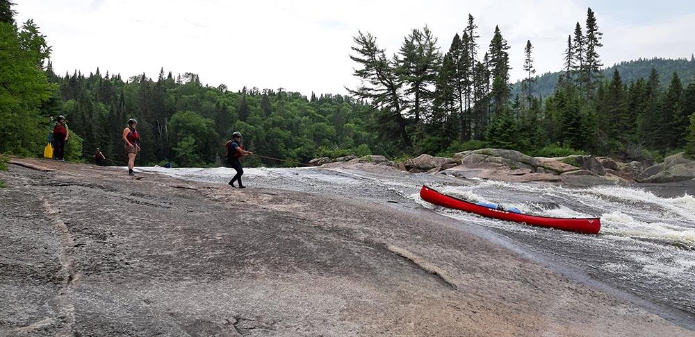 Cordelage du canoë dans les rapides au Canada, rivières Batiscan