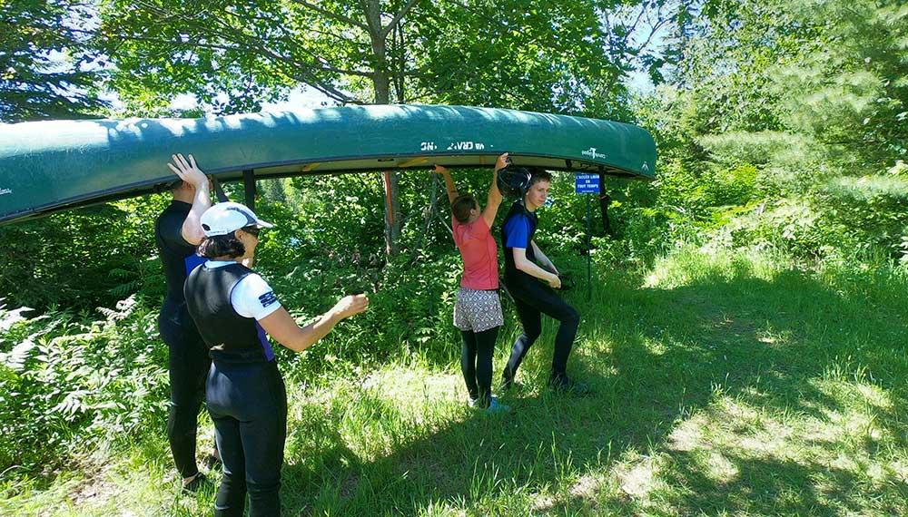 Portage à plusieurs du canoë